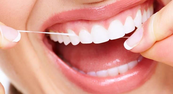 Tratar el Hilo Dental tan Importante Como el Cepillado