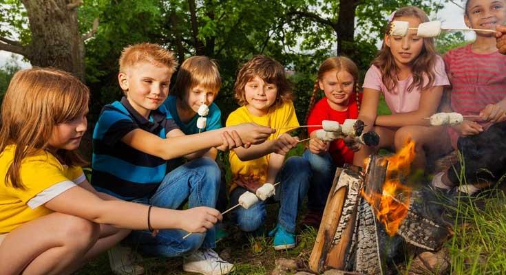 Camping con amigos de fiesta
